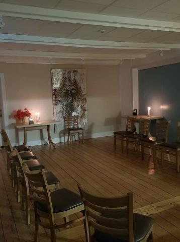 Klar til meditation i Orø Forsamlingshus